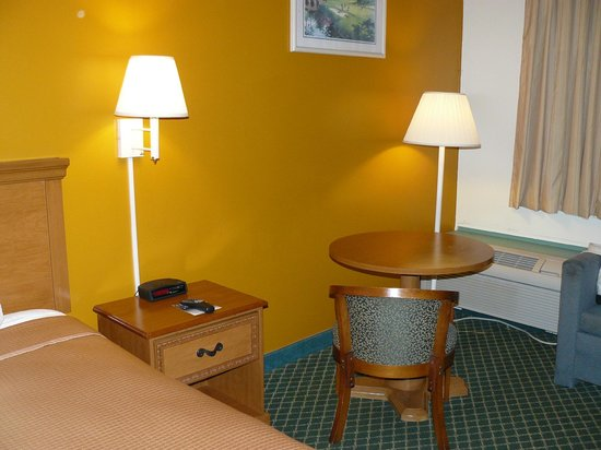 Howard Johnson Inn - Ocala FL: The walls had recently been repainted.