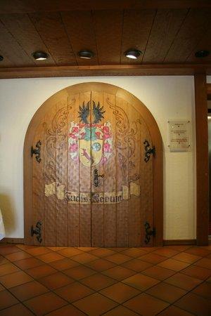 Adler Hotel & Restaurant Gross-Gerau : Beautiful doors in the entryway