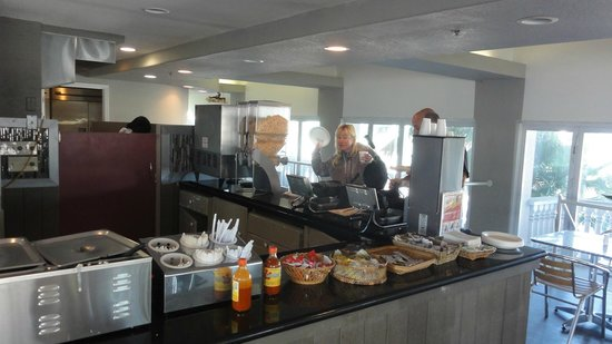 Boardwalk Inn and Suites: breakfast bar