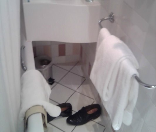 Kensington Close Hotel: Cramped bathroom