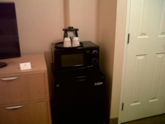 La Quinta Inn & Suites LAX: Microwave and coffee maker in room