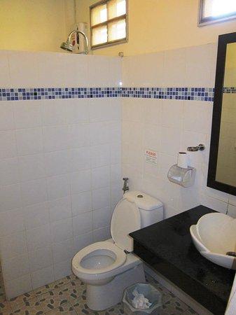 Clean Beach Resort: Deluxe bungalow bathroom