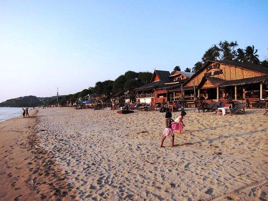 Clean Beach Resort: Khlong Nin beach late afternoon