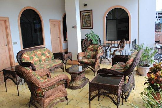 Hotel Santo Tomas: Covered patio sitting area
