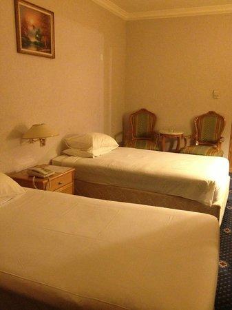 Ramada Kuwait: A bed without a headboard !