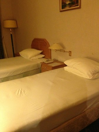 Ramal Hotel Kuwait: A bed with a headboard an another without !