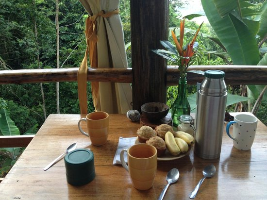 La Loma Jungle Lodge and Chocolate Farm: Muffins and coffee in the cabin in the morning