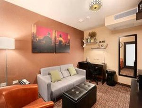 Howard Johnson Manhattan Soho: Suite living room