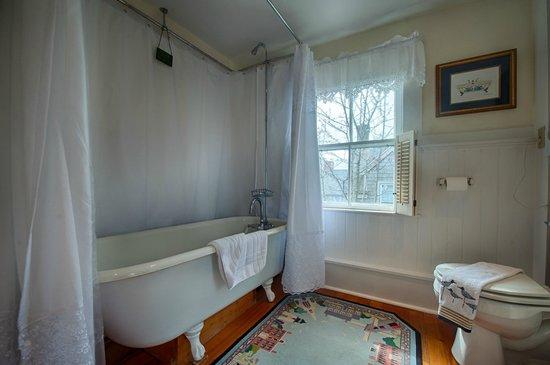 Sherburne Inn: Claw Foot Tub/Shower Bathroom