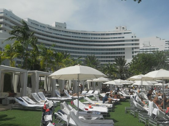 Fontainebleau Miami Beach : View of the hotel when down poolside!