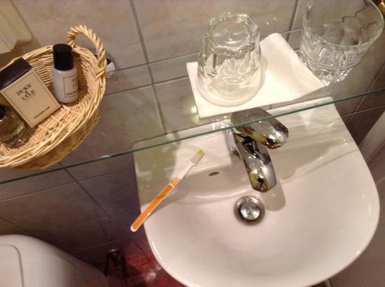 Sel Hotel Myvatn: For my next trick, I'm going to attempt to brush my teeth!