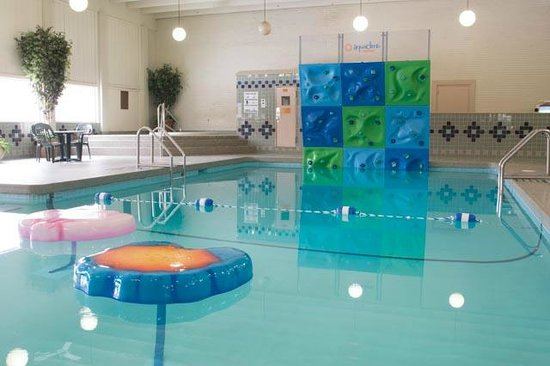 Ramada Bismarck: Pool, hot tub, sauan, floating lily pads and  climbing rock wall
