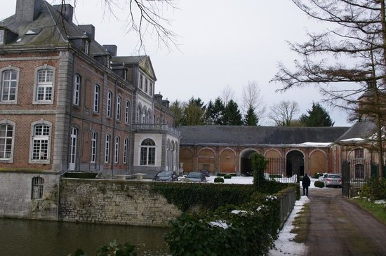 Chateau de Vierset : Front entrance and courtyard.