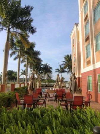 Hampton Inn & Suites Ft Lauderdale / Miramar : Rückseite des Gebäudes bei Sonnenaufgang