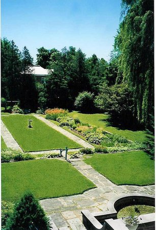 بيرث مانور بوتيك هوتل: Two city lots of gardens
