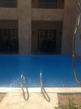 Coral Sea Aqua Club Resort: view towards swim up room