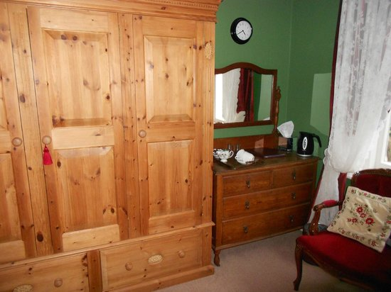 Bedford Lodge: very karge wardrobe