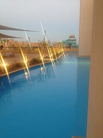 Coral Sea Aqua Club Resort: swim up room at dusk