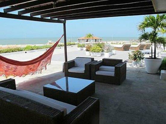 Paisasky: la terrazza dove oziavamo con vista sull'oceano, con piscina, amache e lettini. Cartagena old ci