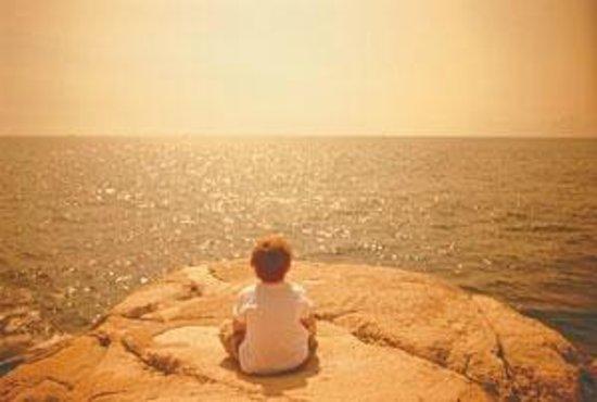 Paisasky: Il nostro Andrea in meditazione di fronte all'oceano, Santa Marta