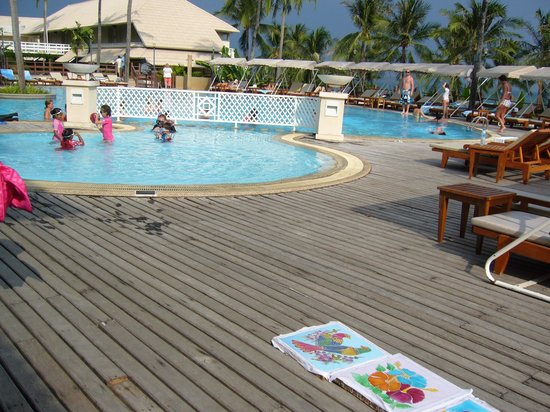 Cape Panwa Hotel: Pool and sun bathing area at side of bar