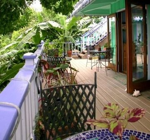 Garden by the Sea B&B: Beautiful large porch overlooking the salt pond