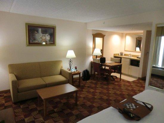Hampton Inn & Suites Orlando International Drive North: Wohnbereich der Suite mit Küchenzeile