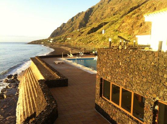 Parador Hotel El Hierro: Blick über Pool und Lavastrand