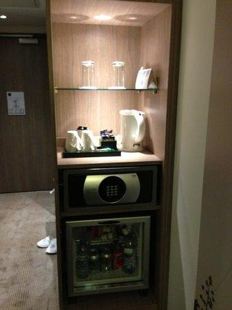 Novotel London Blackfriars: her gün yenilenen kahve ve çay seti, kasa,ücretli minibar