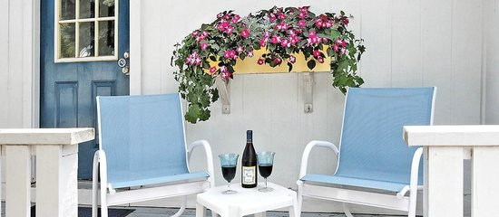 Glen Cove Inn & Suites: Enjoy a Glass of Wine