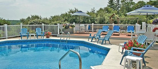 Glen Cove Inn & Suites: Relax by the Pool