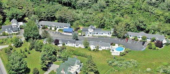 Glen Cove Inn & Suites: Enjoy our Spacious Grounds