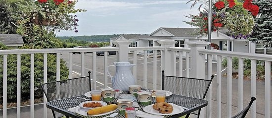 Glen Cove Inn & Suites: Continental Breakfast on Our Covered Deck