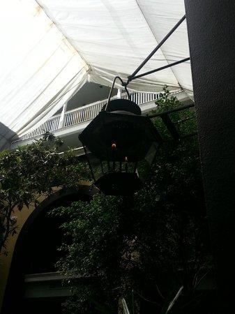 Hotel Mazarin: Gas Lamp in Courtyard