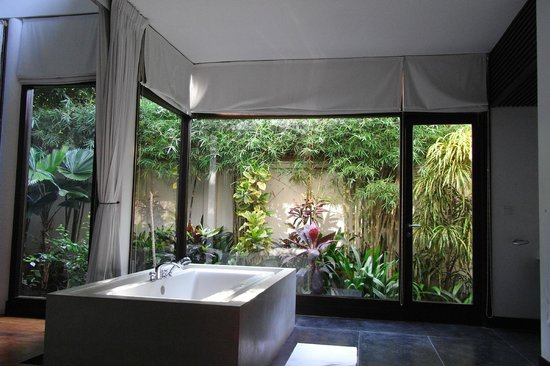 Heritage Suites Hotel: View to the private garden from the bedroom