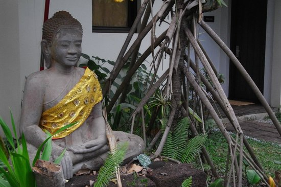 Heritage Suites Hotel: Buddha in the garden, next to our door