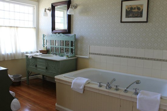 East Hampton, Нью-Йорк: Lovely, clean bathroom and delightful jacuzzi tub