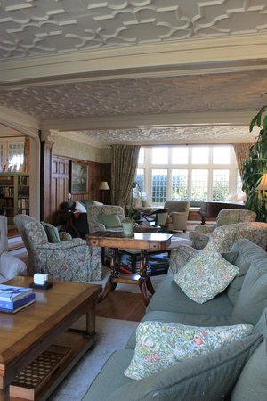 The Baker House 1650 : William Morris adorned sitting room with fireplace and window seats