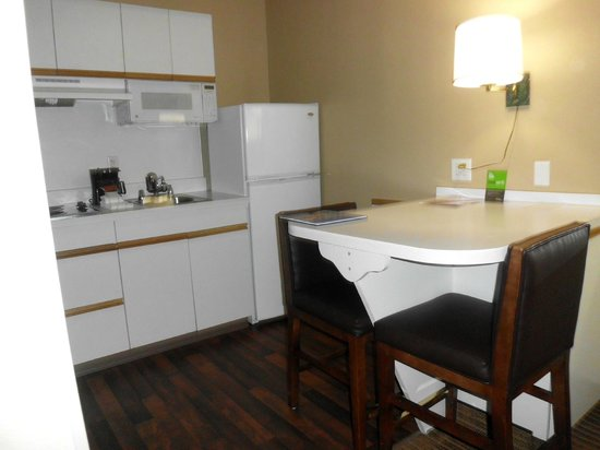 Extended Stay America - Charlotte - Airport : Kitchen and dining room
