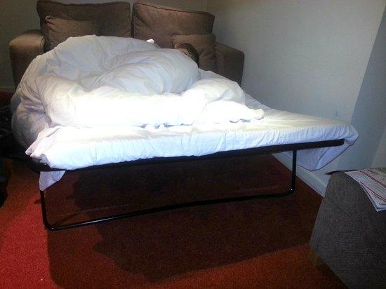 แกรนด์ พลาซ่า เซอร์วิส อพาร์ทเมนท์: sofa bed with broken frame