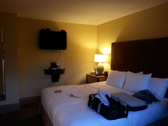Pointe Hilton Squaw Peak Resort: They don't show you this room on the web site!