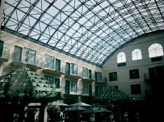 Pacific Inn Resort and Conference Centre: The amazing atrium