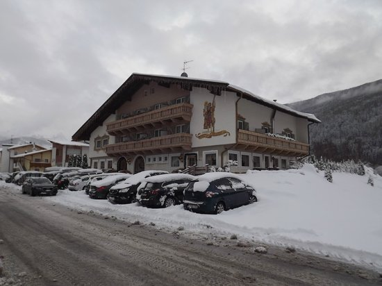 Hotel Christof: hotel in sneeuwlandschap