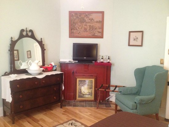 Cadiz Street Bed and Breakfast: Miss Sula Room