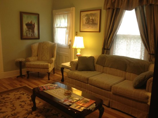 Cadiz Street Bed and Breakfast: Front/Living Room