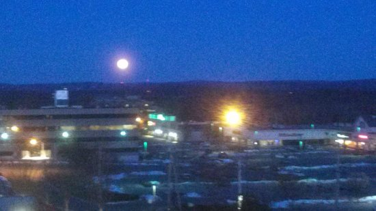 Embassy Suites by Hilton Boston Marlborough: Full moon in the morning