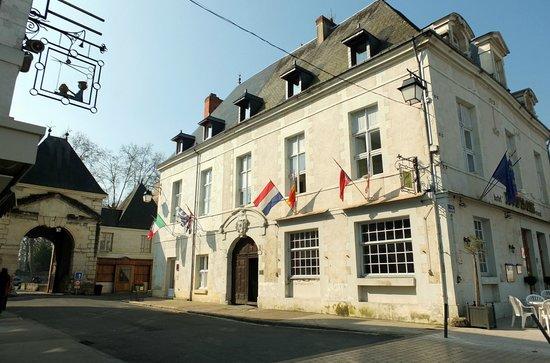 Le Puits Doré : La porte de Châtellerault et l'hôtel