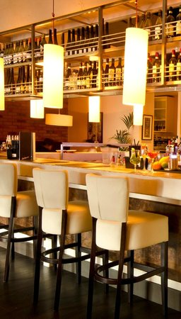 Bellucci Italian Restaurant & Cocktail Bar: ENJOY A DRINK AT THE FANTASTIC CENTRE ISLAND BAR