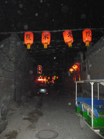 Pingyao Cheng Jia Hotel: This is the view looking down the alley at night. The Cheng Jia hotel is on the right near the e
