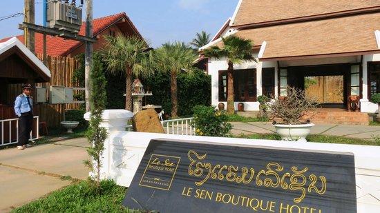 Le Sen Boutique Hotel: Zufahrt zum Hotel mit Wärterhäuschen (li)